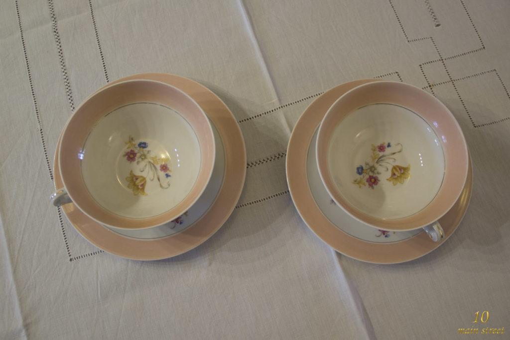 Intérieur décoré des tasses à thé en porcelaine de Limoges des années 1950